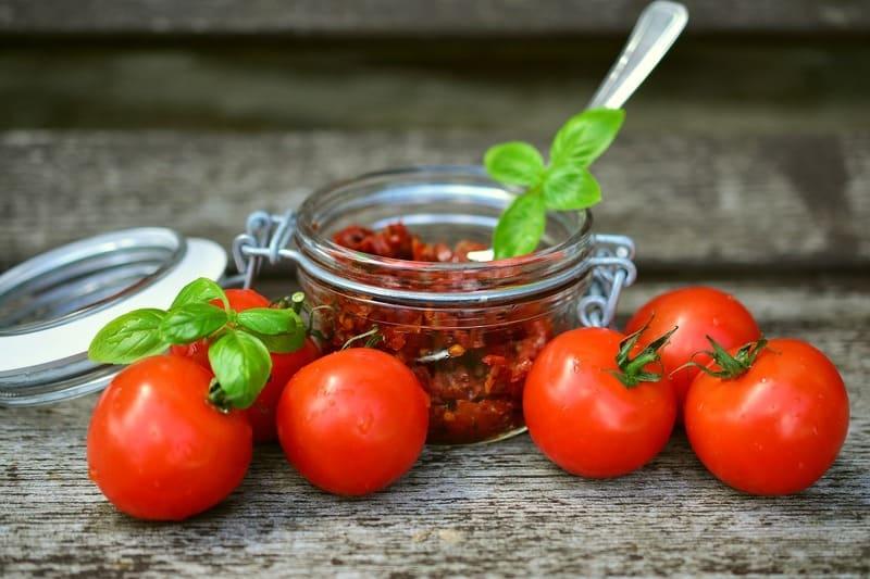 Фото помидоров на столе