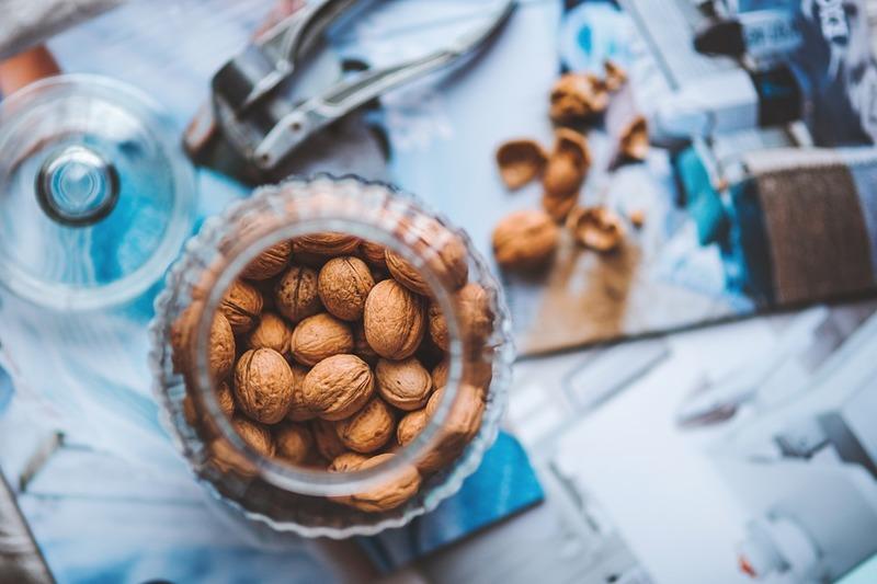 Фото орехов в банке
