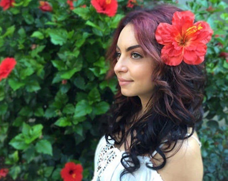 Фото девушки с цветком в волосах
