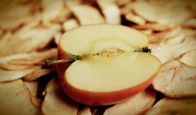 Фото половины яблока и сухофруктов