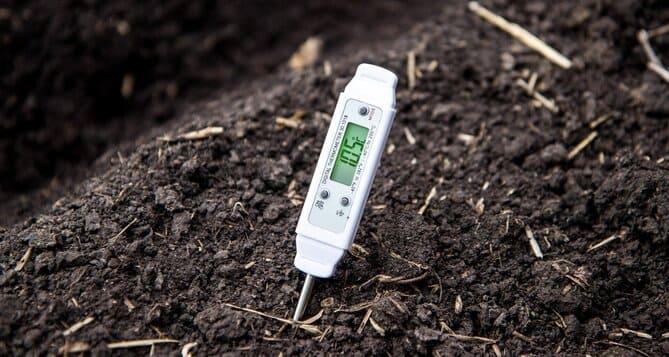 Фото градусника в почве