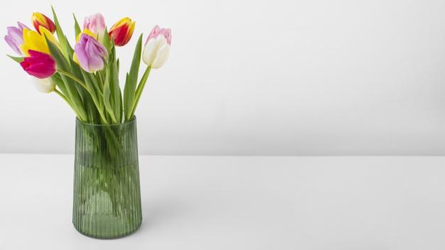 Фото вазы с тюльпанами