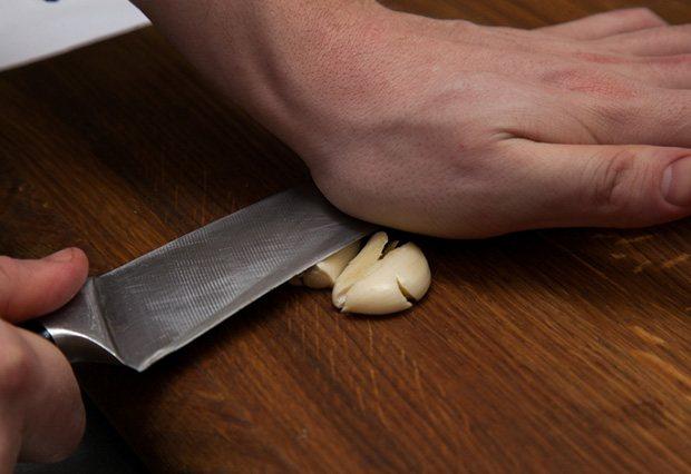 Чеснок раздавливают лезвием ножа
